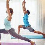 2 osoby ćwiczą jogę