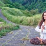 dziewczyna siedzi na ścieżce w medytacji
