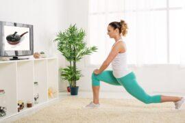 kobieta ćwiczy jogę przed TV