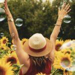 Kobieta w polu słoneczników