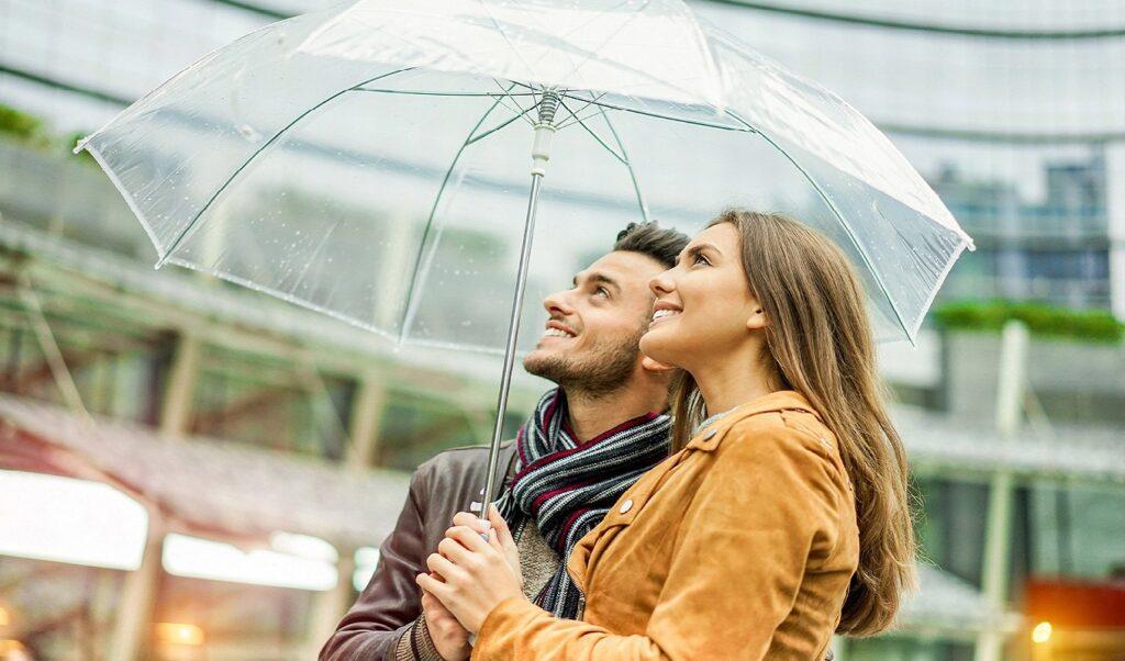 małżeństwo pod parasolem