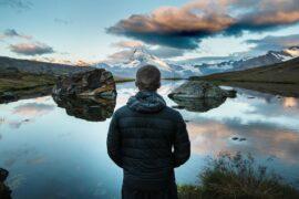 człowiek patrzy na krajobraz górski