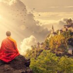 mnich buddyjski medytuje