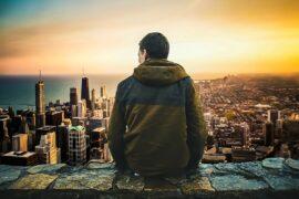 samotny człowiek obserwuje miasto z góry