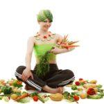 kobieta z pękiem warzyw w ręce