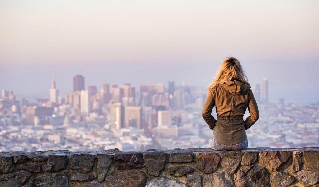 Kobieta obserwuje miasto z oddali